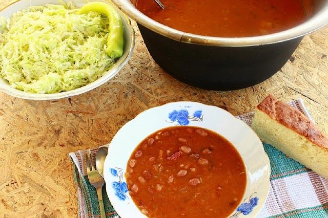 Slika kuvanog pasulja u kotliću