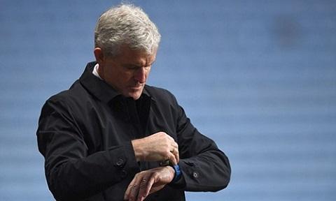Mark Hughes bị sa thải vì thành tích yếu kém từ đầu mùa