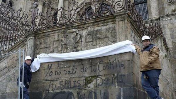 Feministas pintan fachadas de iglesias en España