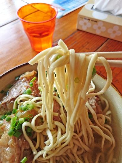 ソーキそば(特大)の麺の写真