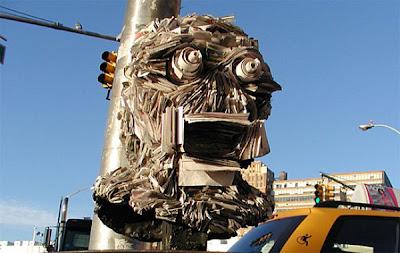 Inusual y creativa escultura hecha con papel periodico.