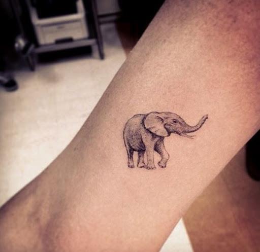 Uma hiper-realista elefante retrato é criado usando preto e cinza, tinta essa tatuagem.