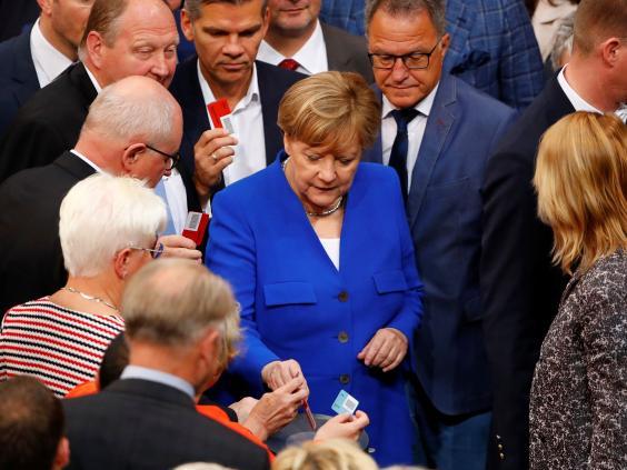 Η Γερμανίδα Καγκελάριος Άνγκελα Μέρκελ και τα μέλη της Βουλής ψήφισαν για τη νομιμοποίηση του γάμου ομοφυλοφίλων (Reuters)