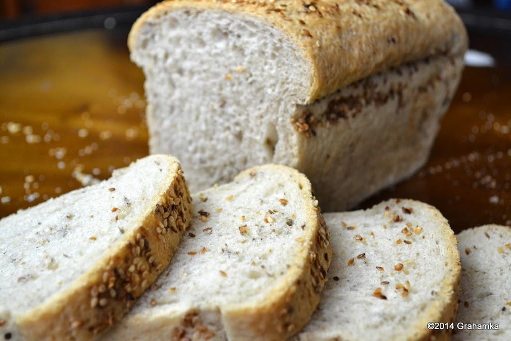 Chleb mieszany z ostropestem.