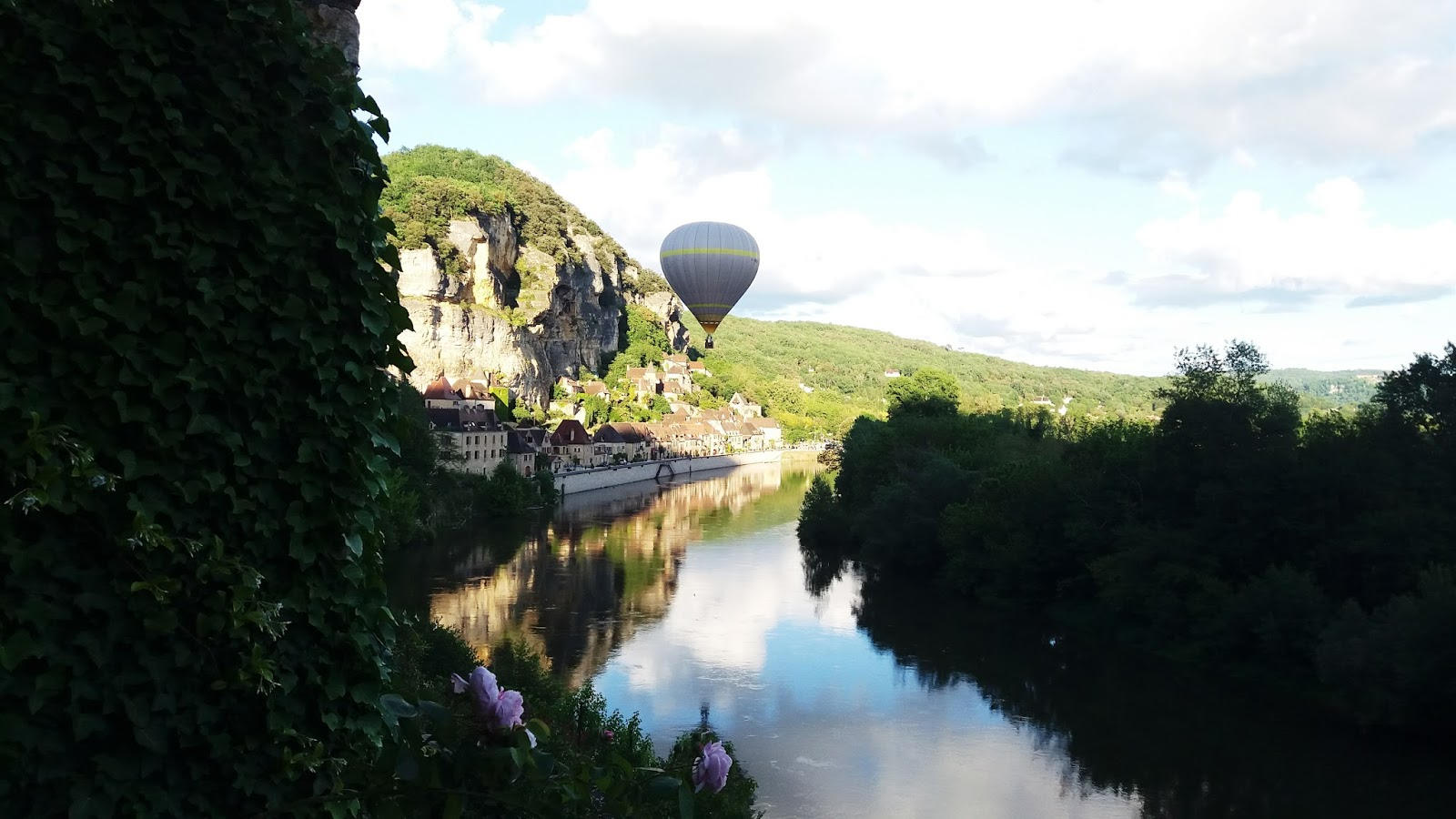 Hot air balloon in La Roque-Gageac landing on the Dordogne