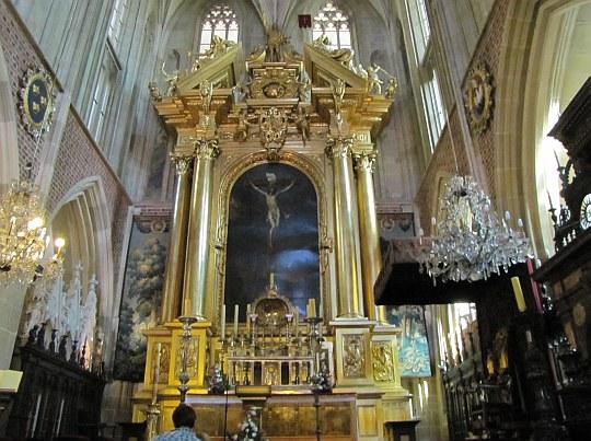 """Katedra Wawelska. Ołtarz główny z obrazem """"Ukrzyżowany Chrystus""""."""