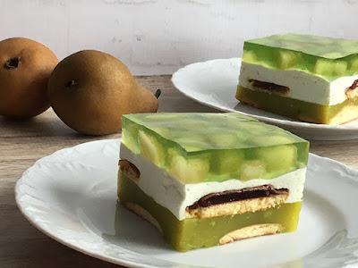 Zielone ciasto z soku z galaretką i bitą śmietaną