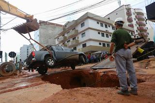 Cratera em Vicente Pires: moradores reagem e dizem que culpa é do GDF