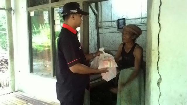 Keesokan paginya team lazismu jember memberi bantuan sembako kepada korban banjir