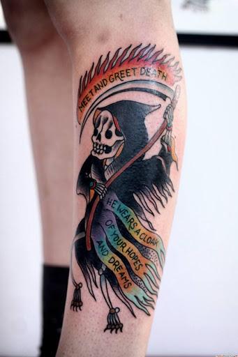 Um dos mais leves Grim Reaper tatuagem de Justin Dion. O reaper é desenhada em vez cutely e ainda carrega mutli-bandeiras coloridas anexado para a foice. Parece tocar no assunto da morte com humor.