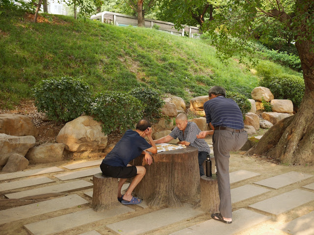 men playing xiangqi at a park (章江右岸市民公园) in Ganzhou