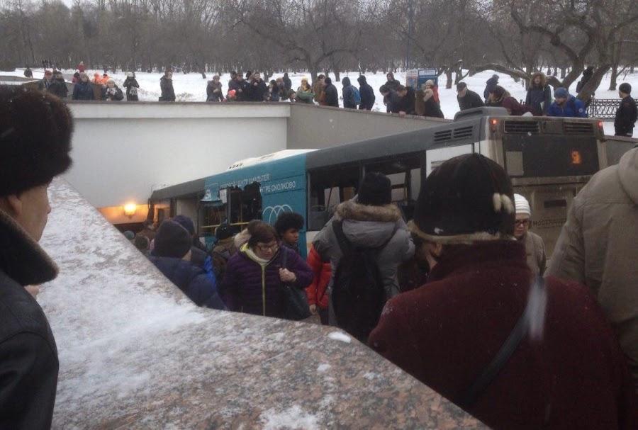 Четыре человека погибли в результате ДТП в Москве: Пассажирский автобус въехал в подземный переход