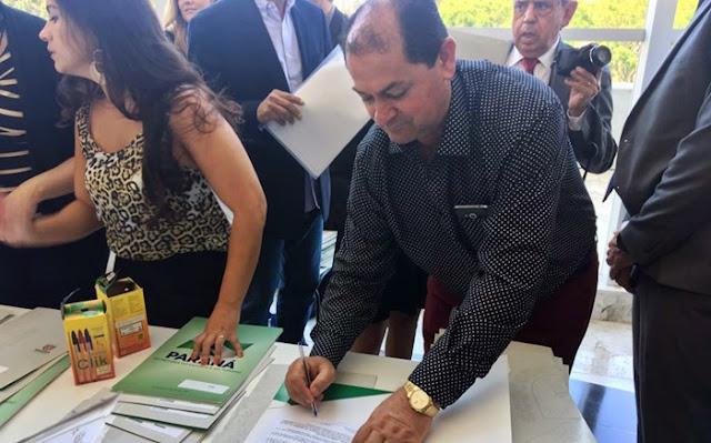 Laranjal: Prefeito assina convênio para aquisição de caminhão para coleta seletiva