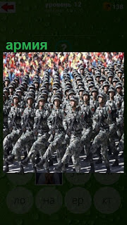 на площади плотным строем шагает армия в форме на параде
