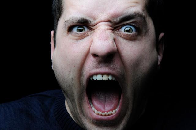أفضل طريقة للرد عندما يصرخ عليك شخص ما بغضب