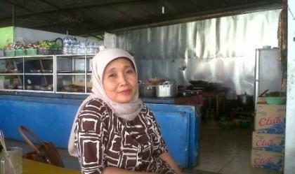 Meski Bersuamikan Wakil Walikota, Ibu Ini Tetap Berjualan Nasi Di Kantin Sebuah Kampus