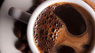 fotografía de una taza de café bien caliete