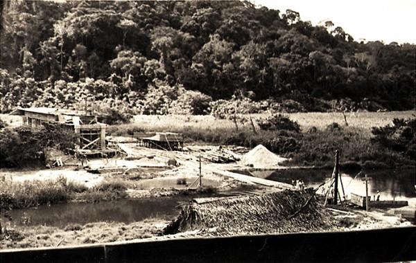 Ponte (em construção) sobre o rio Itaúnas. Vista do avarandado do nosso alojamento. Conceição da Barra, ES, maio de 1950.