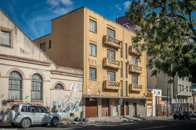 Pequeno edifício na Alameda Augusto Stellfed.