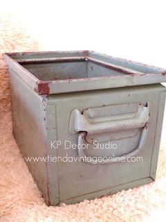 Caja pequeña de metal antigua para almacenaje y decoración