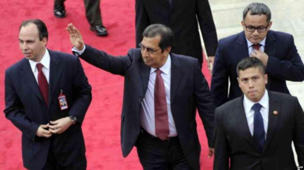 Adan Chávez saluda las olas al llegar a la Asamblea Nacional para la instalación del presidente venezolano Nicolás Maduro en Caracas / AFP