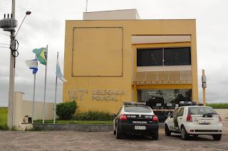 http://vnoticia.com.br/noticia/3637-elementos-armados-invadem-casa-em-guaxindiba-roubam-pertences-e-levam-honda-civic