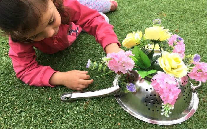 manualidades, diy, crafts, actividades infantiles primavera motricidad fina colador ensartar flores