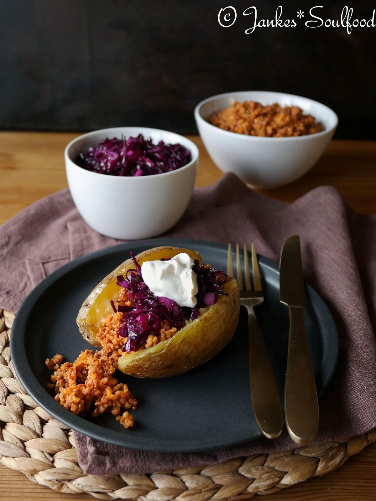 Ofenkartoffel mit Bulgursalat und Rotkraut