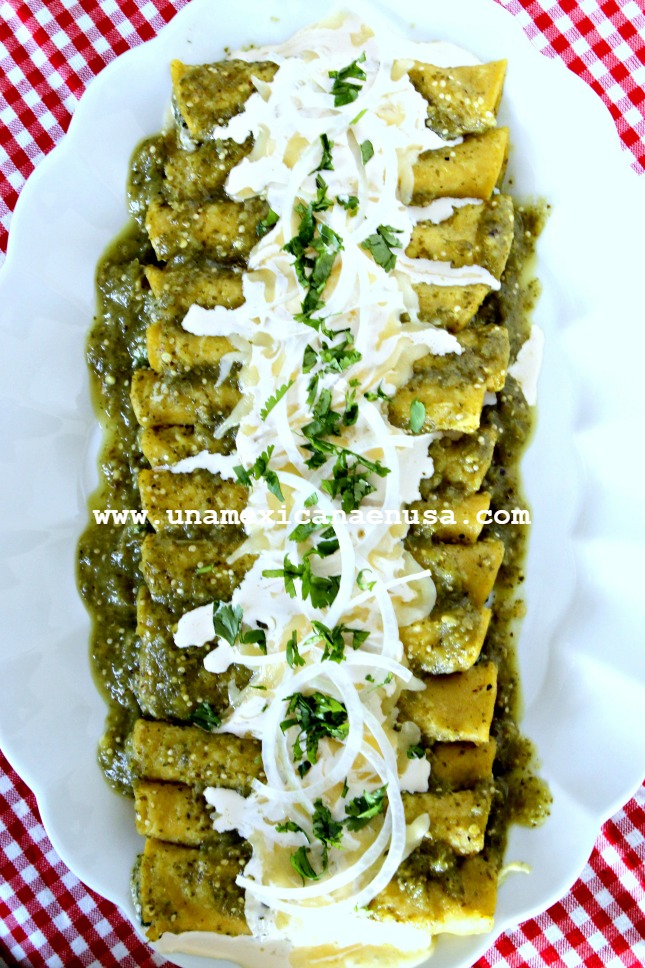 Enchiladas verdes rellenas de brócoli cremoso servidas en un platón.