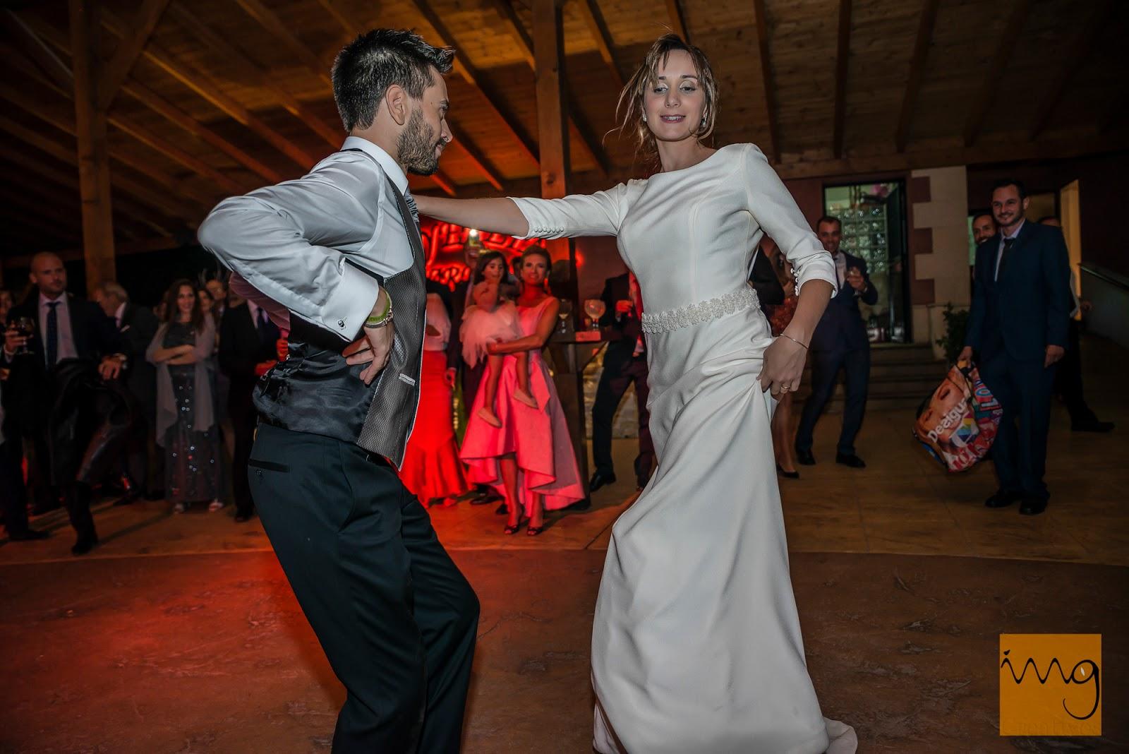 Divirtiéndose en su baile de boda