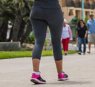 Sexy rubia con buen cuerpo usando mallones ajustados
