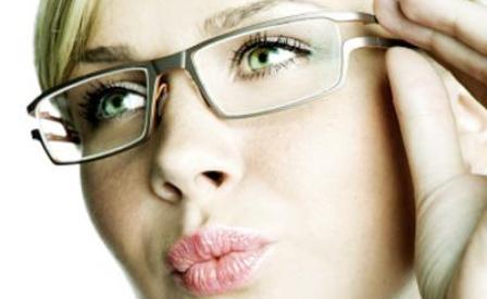 1bd1a0198d Las personas tienen más probabilidades de ser contratados si usan gafas  para la entrevista, según un estudio. Y es que el estudio determinó que los  anteojos ...