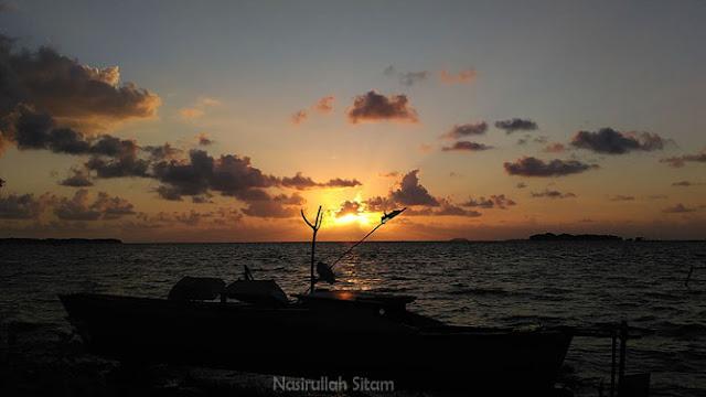 Masih menatap sunrise pagi di tepian pantai