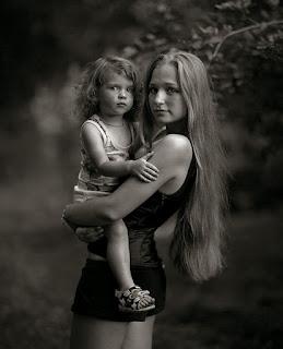 Девушка с ребенком. ЧБ версия