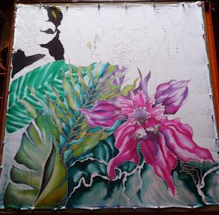malowanie orchideii na jedwabiu, różowy kwiat, zielone duże liście
