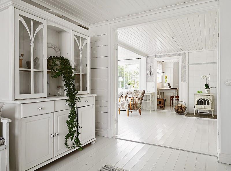 Biały, drewniany domek, wystrój wnętrz, wnętrza, urządzanie domu, dekoracje wnętrz, aranżacja wnętrz, inspiracje wnętrz,interior design , dom i wnętrze, aranżacja mieszkania, modne wnętrza, vintage, shabby chic, białe wnętrza, salon