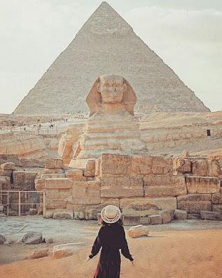Pyramide Egyptienne et jeune fille en premier plan
