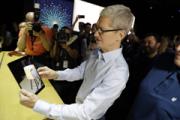 Ο Cook επιδεικνύει την τεχνολογία της επαυξημένης πραγματικότητας της εταιρείας σε ένα iPad.