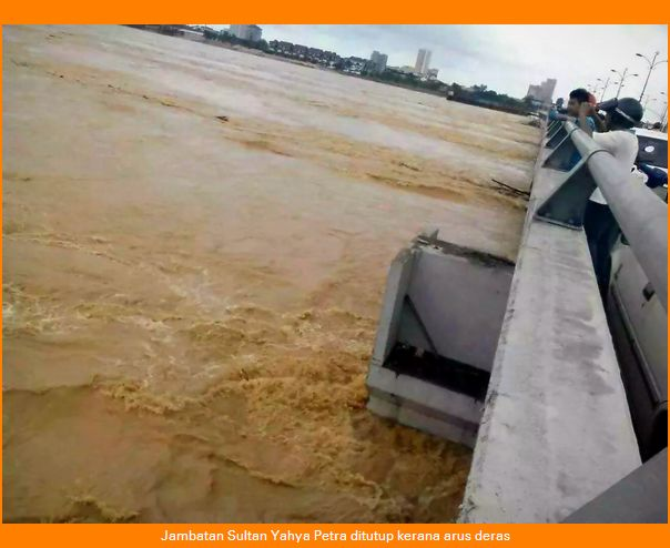 Picture of the Sultan Yahya Petra Bridge which was closed due to the strong current of the Kelantan River