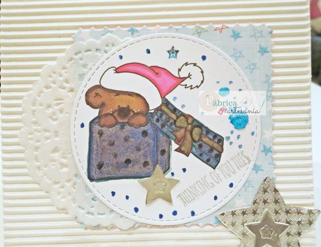 Tarjeta azul y blanca osito dentro de regalo foto 2.
