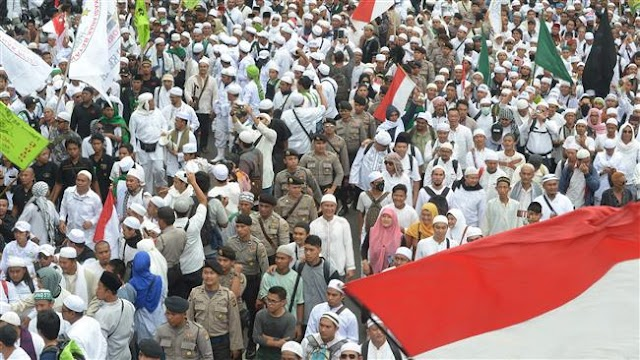 Tens of thousands massive protest urges dismissal of Jakarta governor in Indonesia