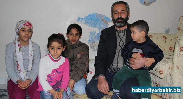 DİYARBAKIR-Diyarbakır'ın Sur ilçesinde yaşanan çatışmalardan nedeniyle evini terk etmek zorunda kalan ve ailesiyle birlikte Bağlar'da Kaynartepe Mahallesi'ne yerleşen Ali Coşkun, maddi imkansızlıklar nedeniyle eve sıcak bir ekmek dahi alamadığını söyleyerek, ailesini geçindirebilmesi için yetkililerden yardım talebinde bulundu.