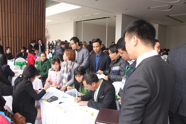 Rất đông khách hàng tham dự mở bán và đặt cọc thành công căn hộ Eco Green City