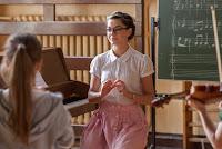 Anna uczy muzyki w podstawówce