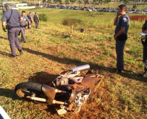 Motociclista se perde, bate em poste, quebra o pé e fica inconsciente em Mogi-Guaçu (SP)