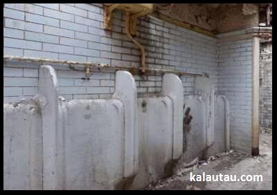 kalautau.com - WC umum tua sebelum di renovasi, Gambar 3