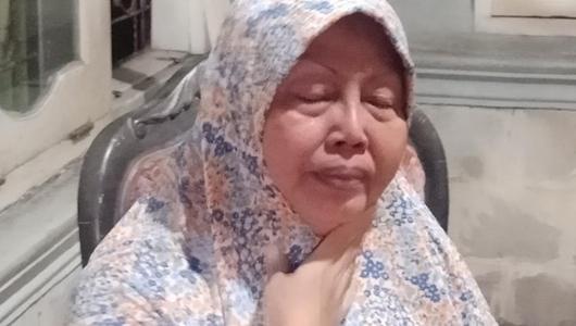 Berlinang Air Mata, Ibu Penyebar Kampanye Hitam Jokowi Minta Maaf Ulah Anak