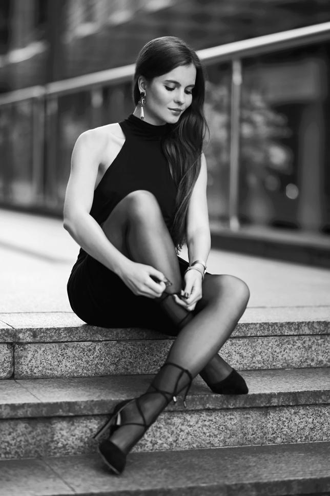 Czarna elegancka sukienka z wiskozy, czarne rajstopy i sznurowane szpilki