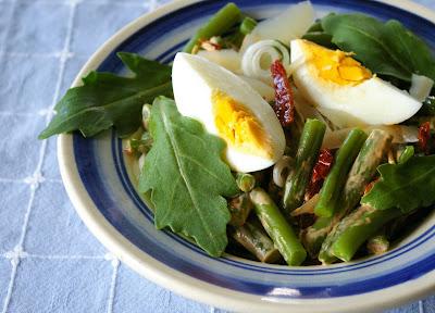 fasolka szparagowa z jajkiem i rukolą