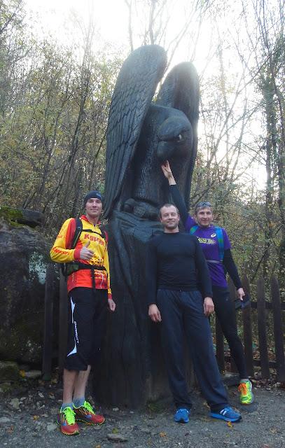 Скульптура деревянного орла на входе в Агурское ущелье